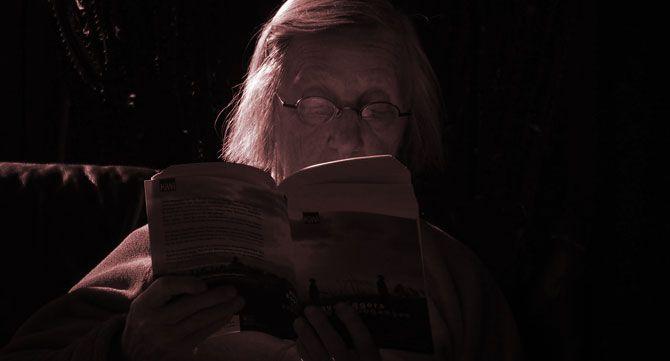старец чете книга