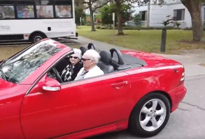 107-годишен дядо вози 99-годишната си годеница с червен кабриолет (ВИДЕО)