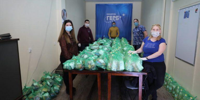 300 семейства получават хранителни пакети и тениски с образа на Бойко Борисов