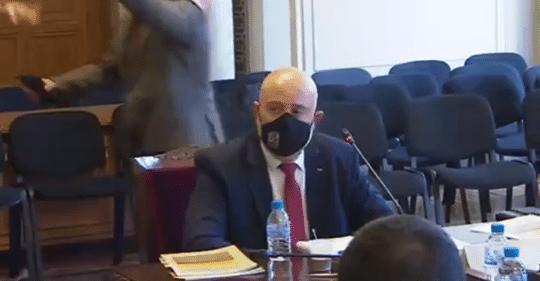 Журналист замери Гешев с банкноти от 500 евро, изведоха го от залата