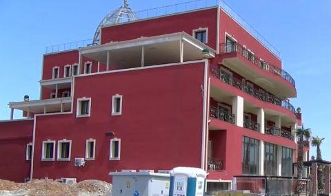Известни братя изкупуват къщи в това село