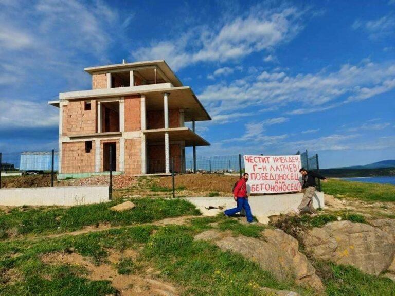 Победоносец или бетононосец? Екоактивисти с честитка за кмета на Царево