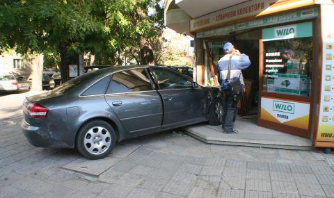 Пиян заби автомобила си в магазин, спътникът му е в болница
