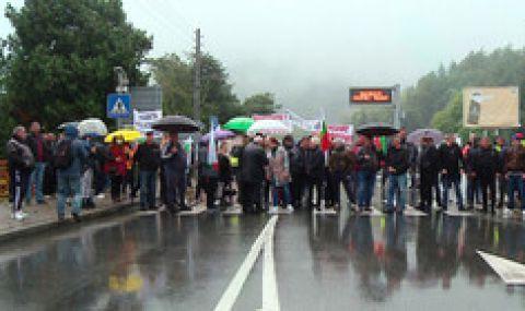 Жители на Лознишко затвориха за час пътя Разград-Търговище